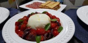 Entrada ou Aperitivo: Burrata com tomate cereja, azeitonas pretas e manjericão